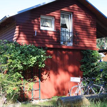 hintere Hausansicht mit Blick zur Dachgeschosswohnung